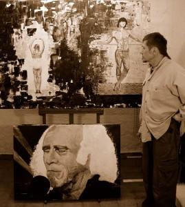 Le peintre Clément Baeyens devant ses toiles